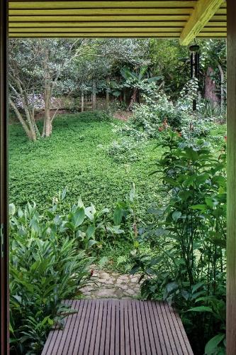Uma pequena passarela de acesso liga a casa ao terreno no nível do ambiente de estar, e é a entrada principal da construção. O projeto da Casa Vila Taguaí, localizada em Carapicuíba (SP), tem assinatura da arquiteta Cristina Xavier e do engenheiro Hélio Olga