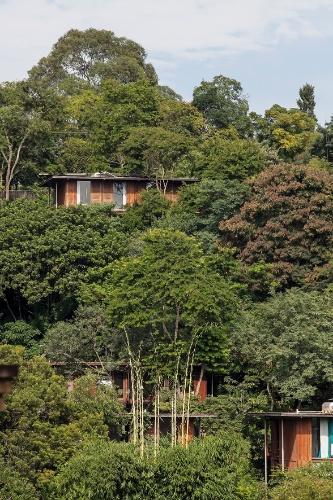 Vista das casas da Vila Taguaí, projetadas pela arquiteta Cristina Xavier e pelo engenheiro Hélio Olga. O terreno, com acentuada declividade, teve a vegetação preservada. O condomínio fica em Carapicuíba (SP)