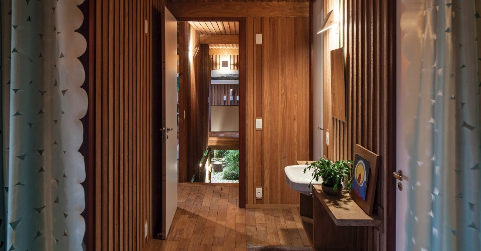 Na ala íntima, um pequeno hall abriga a cuba do banheiro e serve também como lavabo. Desse espaço é possível visualizar o vão da escada. O projeto da Casa Vila Taguaí, situada em Carapicuíba (SP), é dos profissionais Cristina Xavier e Hélio Olga