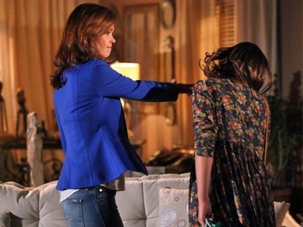 Depois de ouvir provocação de Luiza, Helena bate no rosto da filha