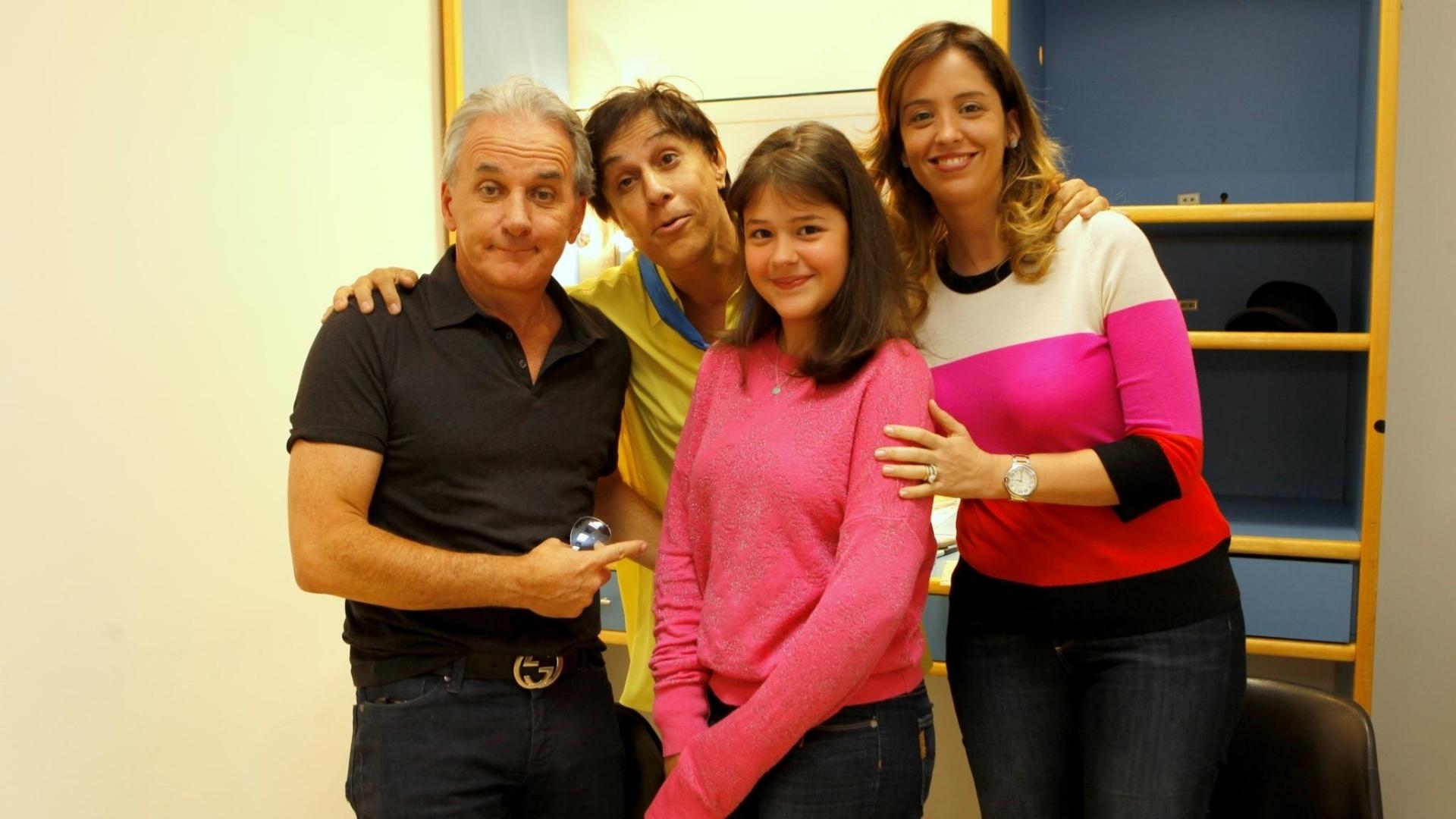 maio.2014 - Ao lado da mulher e da filha, Tom Cavalcante posa com o apresentador Otávio Mesquita nos bastidores do humorístico