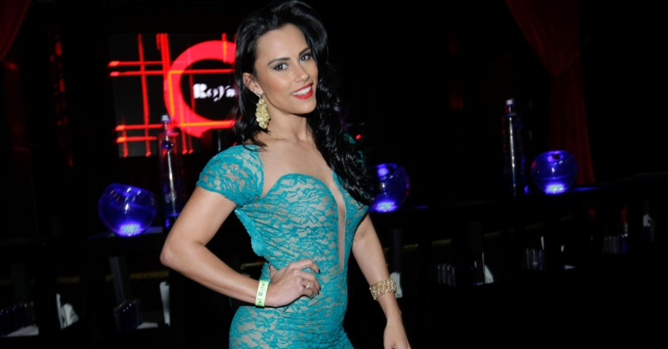 13.mai.2014 - A ex-BBB Kelly Medeiros vai ao lançamento da Playboy