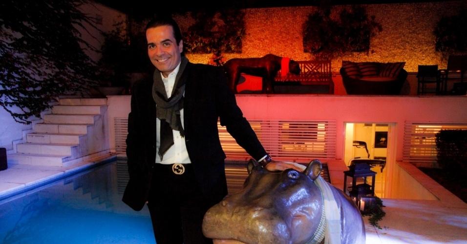14.ami.2014 - O consultor de etiqueta Fábio Arruda comemora seu aniversário de 44 anos na casa de uma amiga em São Paulo