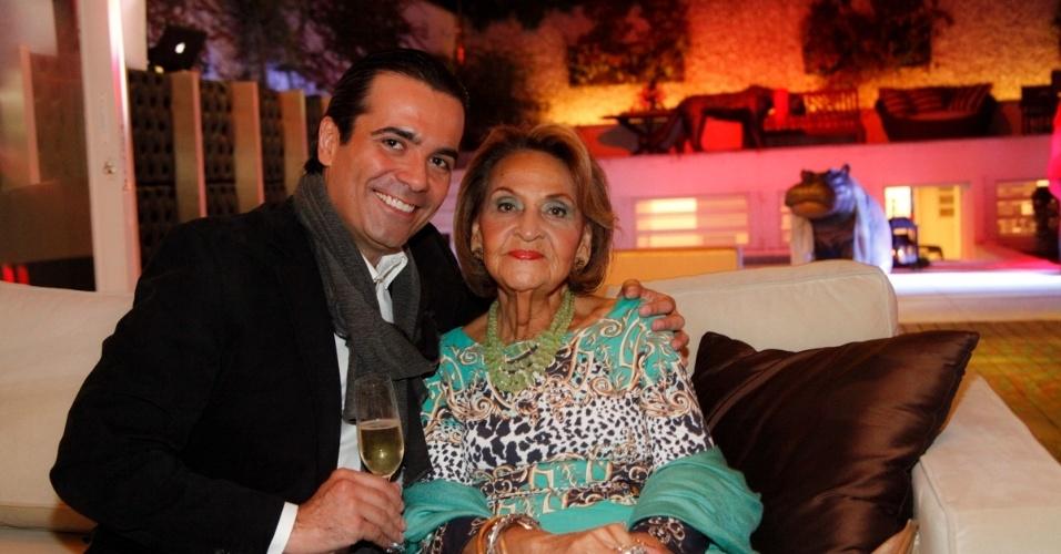 14.ami.2014 - O consultor de etiqueta Fábio Arruda posa ao lado da mãe, Marlúcia, na comemoração do seu aniversário em São Paulo