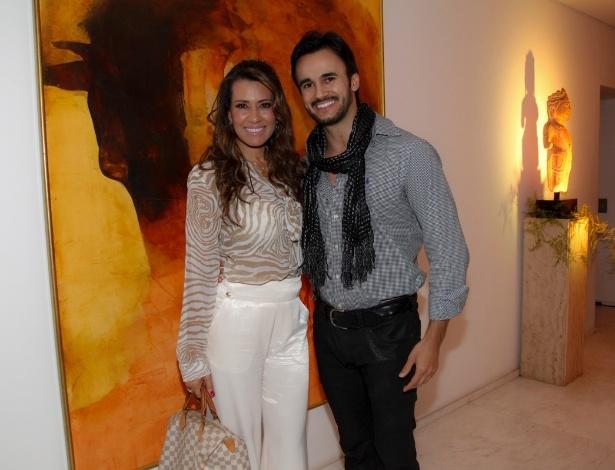 14.mai.2014 - A apresentadora Solange Frazão e o namorado, Pyero Tavolazzi, vão ao aniversário do consultor de etiqueta Fábio Arruda em São Paulo