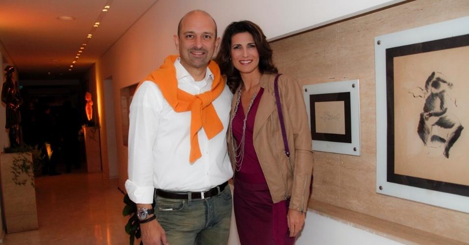14.mai.2014 - A atriz Jacqueline Dalabona e o marido, Luís Banhara, vão à comemoração do aniversário do consultor de etiqueta Fábio Arruda em São Paulo
