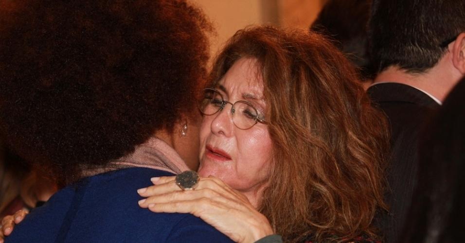 14.mai.2014 - A cantora Wanderléia abraça a filha de Jair Rodrigues, Luciana Melo, durante missa de sétimo dia do cantor em São Paulo