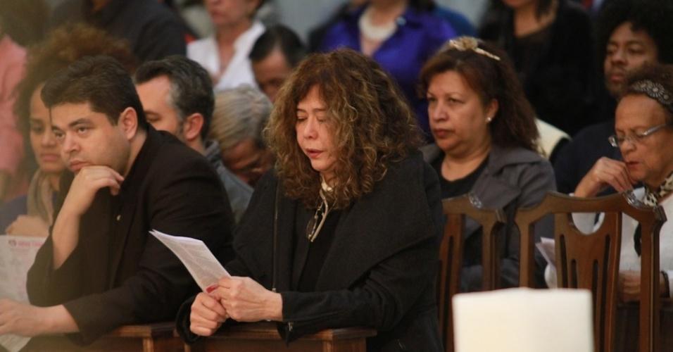 14.mai.2014 - A mulher de Jair Rodrigues, Clodine, reza durante missa de sétimo dia do cantor em São Paulo