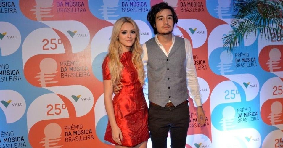 14.mai.2014 - A atriz Isabelle Drummond e seu namorado, o cantor Tiago Iorc, chegam ao 25º Prêmio da Música Brasileira no Rio de Janeiro