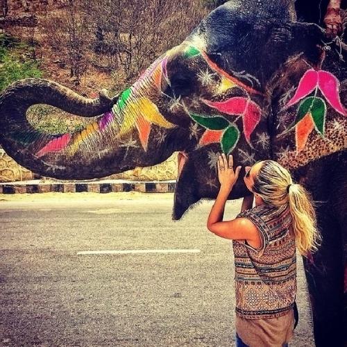 14.mai.2014 - Giovanna Ewbank compartilhou com seus seguidores do Instagram foto onde aparece acariciando um elefante