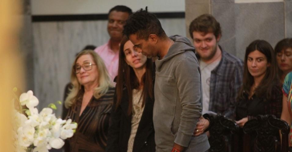 14.mai.2014 - Jairzinho e sua mulher Tânia Khallil rezam durante missa de sétimo dia de Jair Rodrigues em São Paulo
