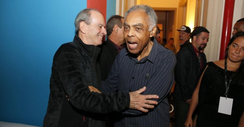 14.mai.2014 - Ney Matogrosso e Gilberto Gil se cumprimentam nos bastidores do 25º Prêmio da Música Brasileira, no Rio de Janeiro
