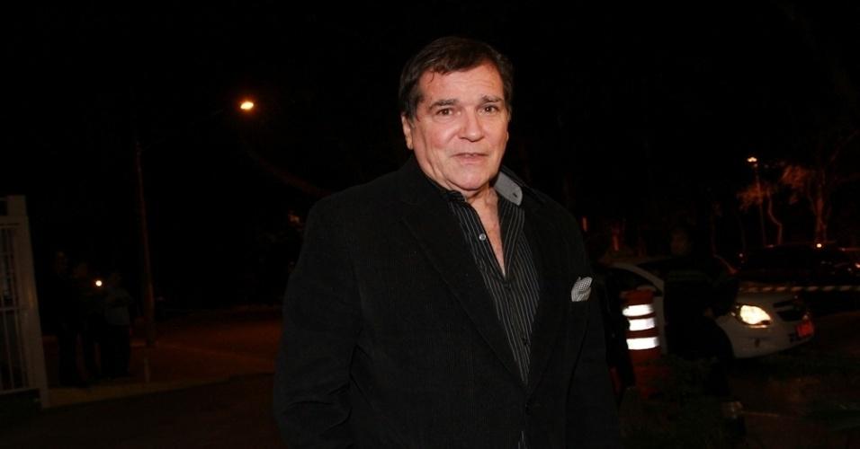14.mai.2014 - O cantor Jerry Adriani vai à missa de sétimo dia de Jair Rodrigues em São Paulo