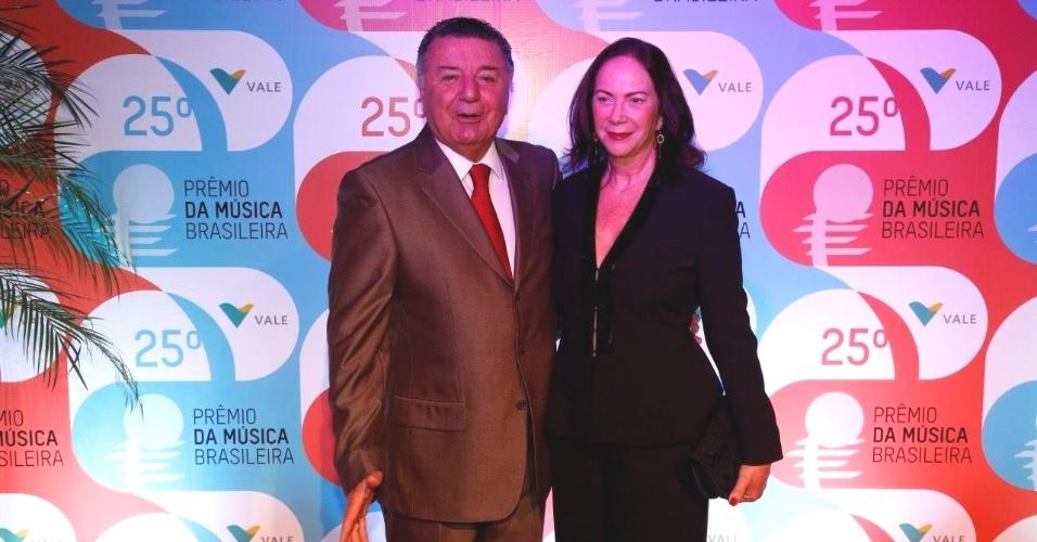 14.mai.2014 - O comentarista Arnaldo César Coelho e sua mulher chegam ao 25º Prêmio da Música Brasileira no Rio de Janeiro