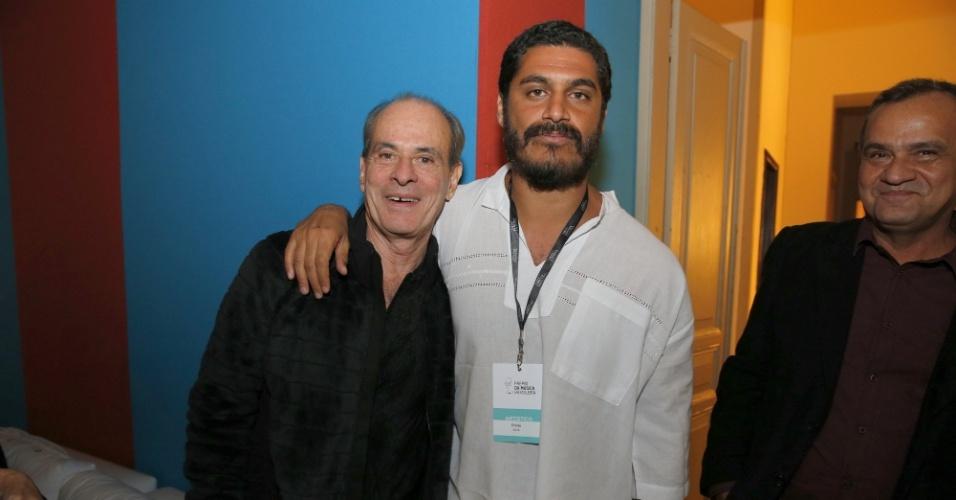 14.mai.2014 - Os cantores Ney Matogrosso e Criolo se abraçam nos bastidores do 25º Prêmio da Música Brasileira, no Rio de Janeiro
