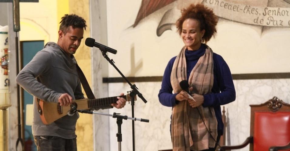 14.mai.2014 - Os irmãos Jairzinho e Luciana Mello cantam em homenagem ao pai Jair Rodrigues durante missa de sétimo dia do cantor em São Paulo