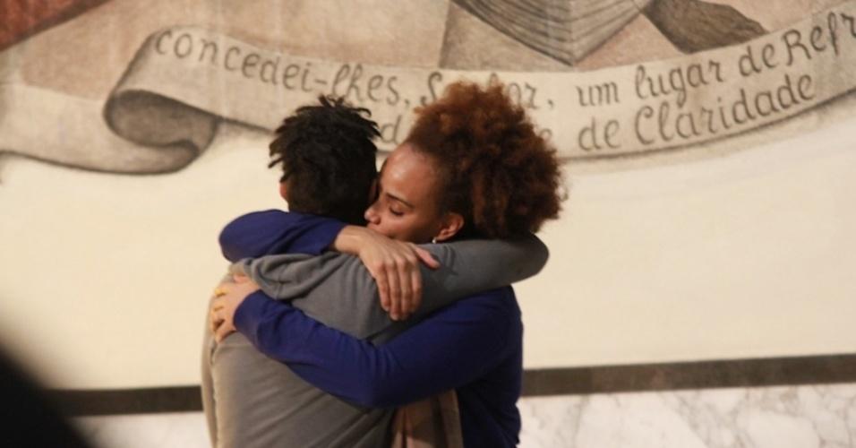 14.mai.2014 - Os irmãos Jairzinho e Luciana Mello se abraçam após cantarem em homenagem ao pai Jair Rodrigues durante missa de sétimo dia do cantor em São Paulo