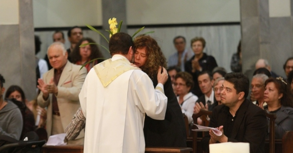 14.mai.2014 - Padre cumprimenta a mulher de Jair Rodrigues, Clodine, durante missa de sétimo dia do cantor em São Paulo