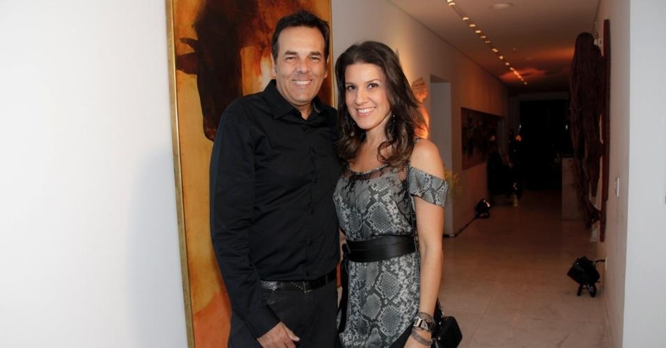 14.mai.2014 O produtor musical Marco Camargo e a mulher, Fernanda, vão à comemoração do aniversário do consultor de etiqueta Fábio Arruda em São Paulo