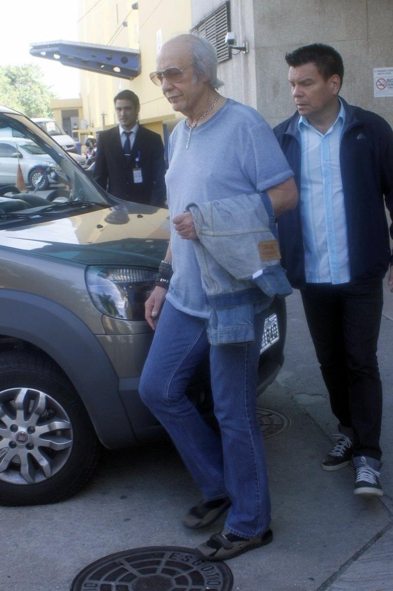 Erasmo Carlos deixa o hospital Barra D'Or, no Rio de Janeiro, onde o filho Alexandre Pessoal foi internado na quarta-feira passada