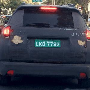 Peugeot 2008 é fotografado em São Paulo (SP) com forte camuflagem, que inclui pedaços de papelão para disfarçar vinco traseiro; carro chega em 2015 - Fábrio Polezzi/UOL
