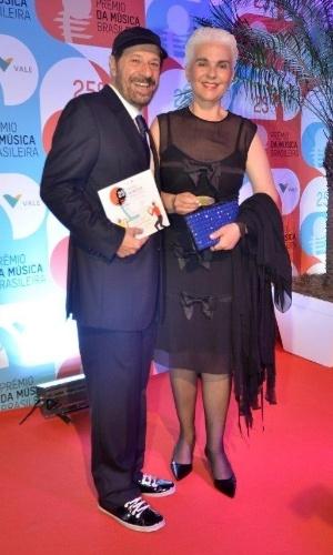 14.mai.2014 - João Bosco e a mulher, Ângela, comparecem ao 25º Prêmio da Música Brasileira no Rio de Janeiro