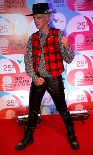 14.mai.2014 - O cantor Supla mostra sua irreverência no 25º Prêmio da Música Brasileira no Rio de Janeiro