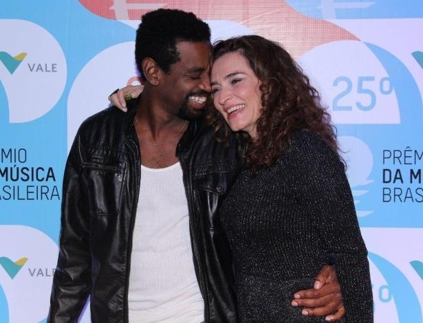14.mai.2014 - Os atores Fabrício Boliveira e Gisele Fróes trocam carinhos no 25º Prêmio da Música Brasileira no Rio de Janeiro