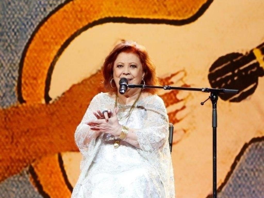 14.mai.2014 - Sentada em uma cadeira, Beth Carvalho não perde o ritmo do samba no 25º Prêmio da Música Brasileira no Theatro Municipal do Rio de Janeiro