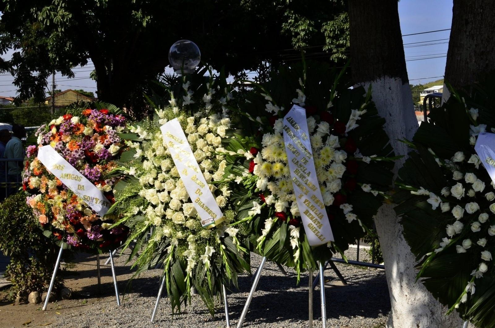 15.mai.2014 - Família de famosos enviam coroas de flores para homenagear filho de Erasmo Carlos, Alexandre Pessoal. O velório e enterro acontecem no Cemitério Jardim da Saudade, em Sulacap, no Rio de Janeiro