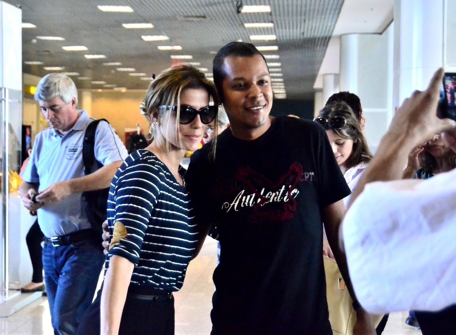 15.mai.2014 - Loira, a atriz Deborah Secco posou para fotos com fãs no aeroporto Santos Dumont antes de embarcar nesta quinta-feira