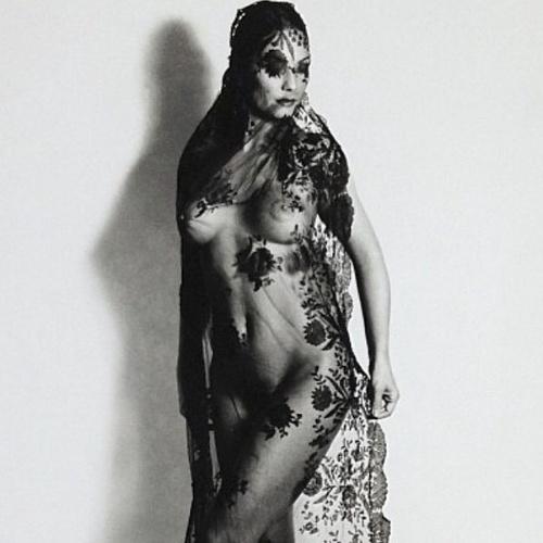 """15.mai.2014 - Luiza Brunet compartilhou uma foto sua de 1999, em que aparece nua, coberta apenas por um véu, deixando os seios à mostra. """"Boa tarde!"""", escreveu aos seguidores, marcando o Instagram da fotógrafa Dadá Cardoso, que registrou a imagem no livro """"Retrato"""""""