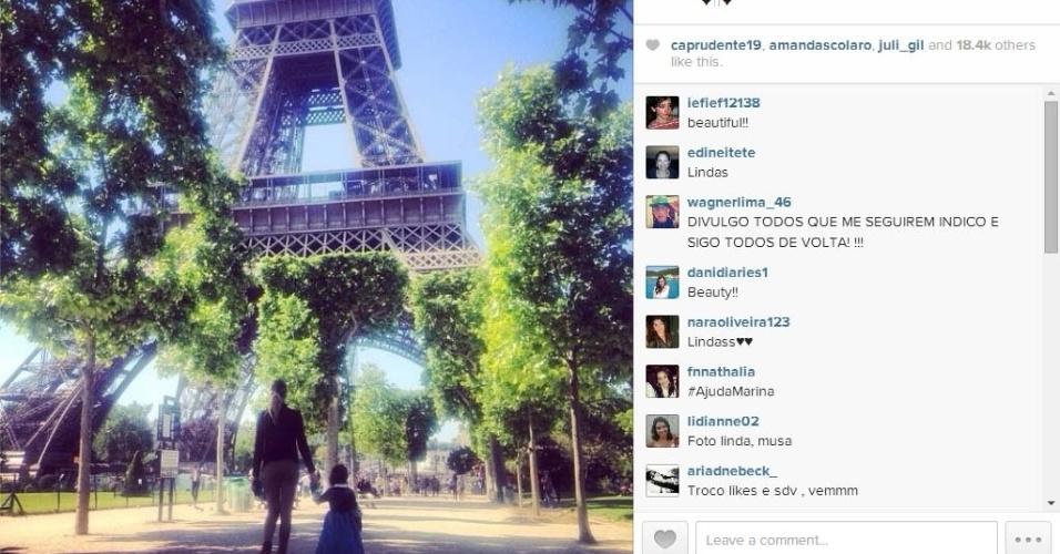15.mai.2014 - Na França, Grazi Massafera visita a Torre Eiffel em Paris com a filha
