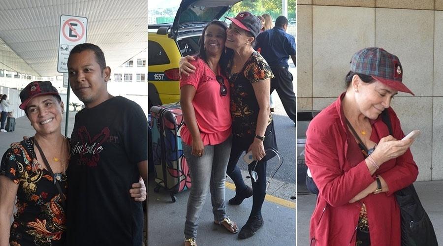 15.mai.2014 - Regina Duarte posa com fãs ao desembarcar no Rio