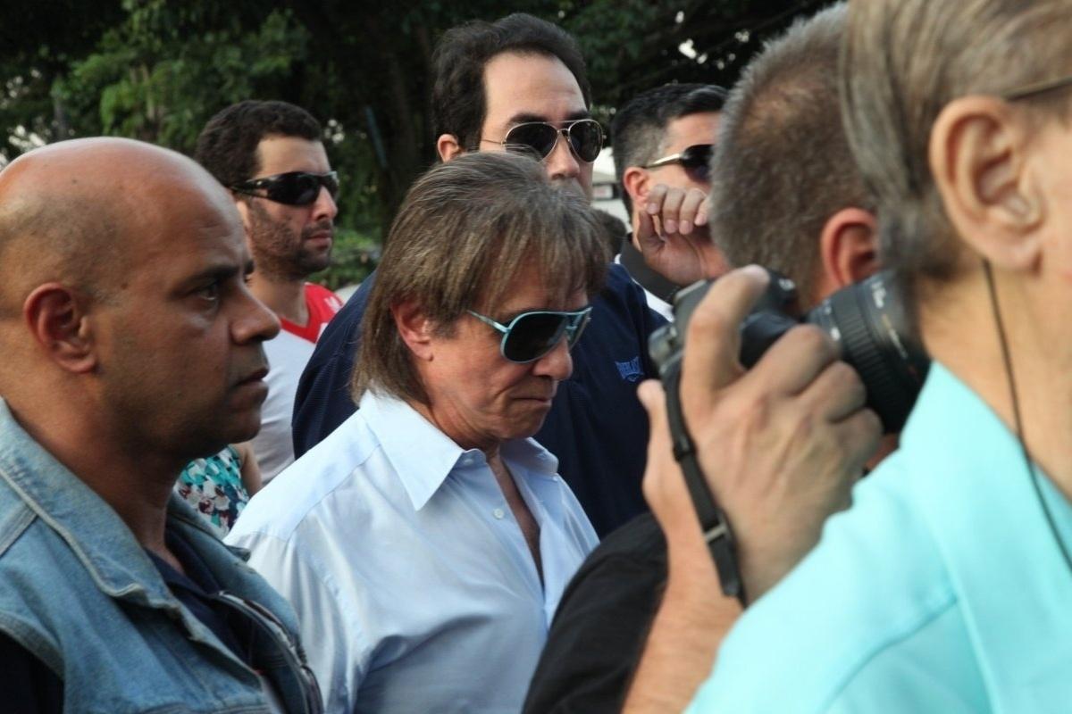 15.mai.2014 - Roberto Carlos acompanha cortejo para o enterro do filho de Erasmo Carlos, Alexandre Pessoal. A cerimônia acontece no Cemitério Jardim da Saudade, em Sulacap, no Rio de Janeiro