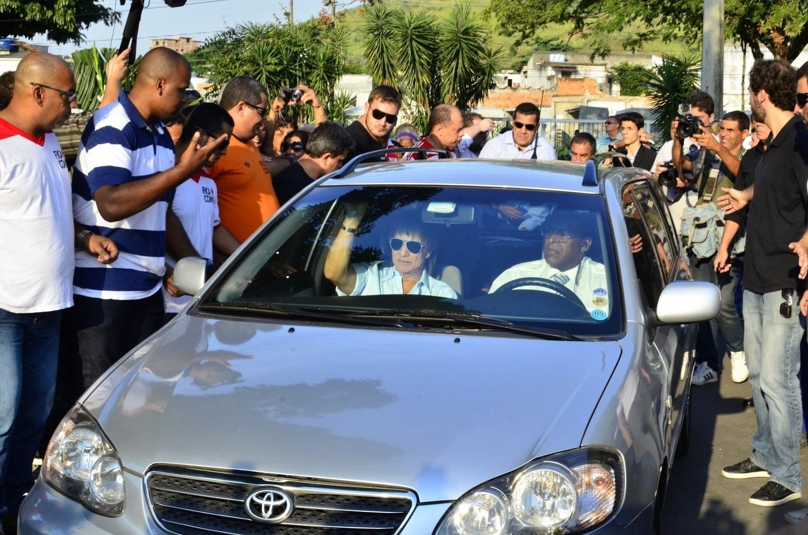 15.mai.2014 - Roberto Carlos chega ao velório e enterro do filho de Erasmo Carlos, Alexandre Pessoal. A cerimônia acontece no Cemitério Jardim da Saudade, em Sulacap, no Rio de Janeiro