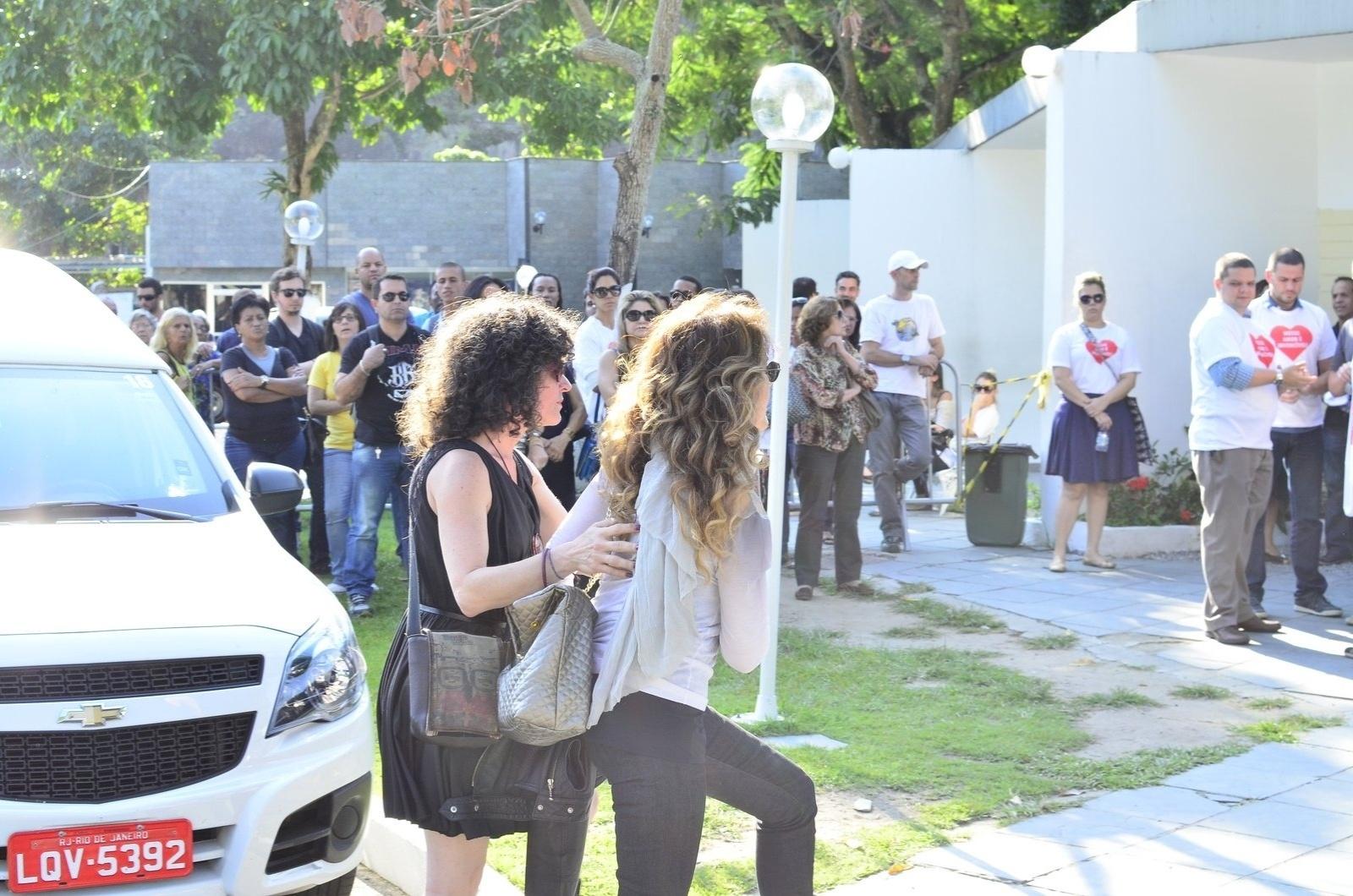 15.mai.2014 - Wanderléa chega ao velório e enterro do filho de Erasmo Carlos, Alexandre Pessoal. A cerimônia acontece no Cemitério Jardim da Saudade, em Sulacap, no Rio de Janeiro