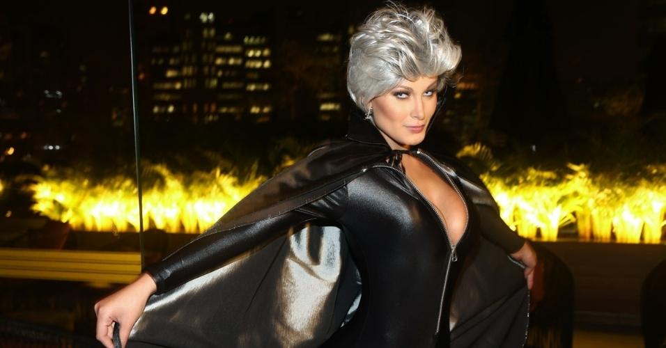 15.mai.2014 - Vestida de Tempestade, Andressa Urach confere pré-estreia de