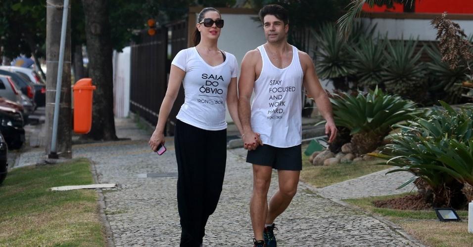 15.mai.2014- Claudia Raia caminha de mãos dadas com o namorado Jarbas Homem de Mello na Barra da Tijuca, zona oeste do Rio