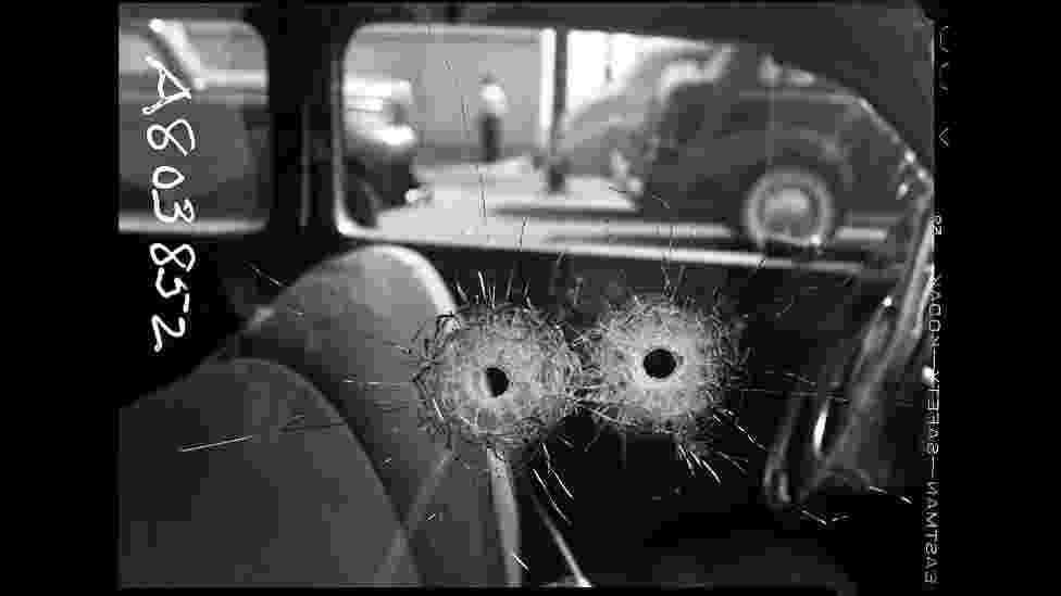 As imagens foram feitas entre as décadas de 1920 e 1960 e foram encontradas em um depósito da Polícia de Los Angeles. Acima, buracos de bala em uma janela de carro, outubro de 1942 - LAPD/Fototeka/Paris Photo