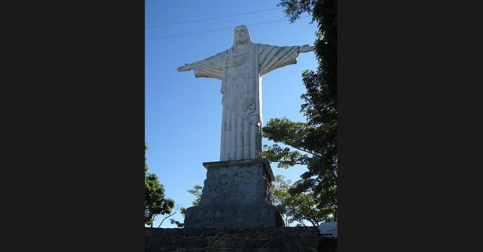 Localizado a 1.080 metros de altura, o monumento do Cristo Redentor de 18 metros foi inaugurado em 1952 no alto do Pico do Fonseca