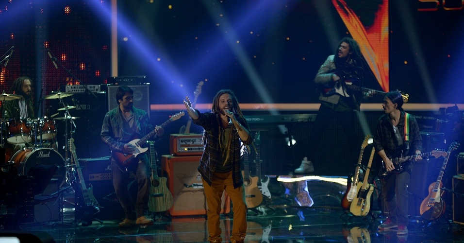 """11.mai.2014 - Banda Yute Lions toca na segunda noite de duelos do """"SuperStar"""""""