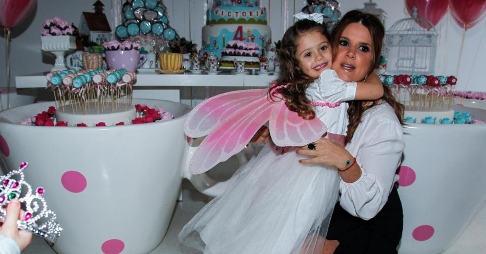 15.mai.2014 - A apresentadora Mariana Kupfer abraça a filha Victória no aniversário de quatro anos da menina em uma casa de festas em São Paulo
