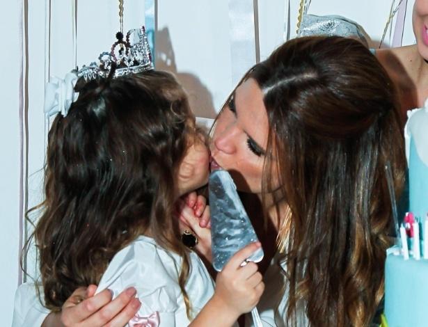 15.mai.2014 - A apresentadora Mariana Kupfer beija a filha Victória no aniversário de quatro anos da menina em uma casa de festas em São Paulo
