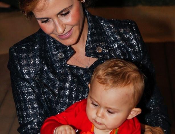15.mai.2014 - A atriz Guilhermina Guinle brinca com a filha Minna no aniversário de quatro anos de Victória, filha da apresentadora Mariana Kupfer, em uma casa de festas em São Paulo