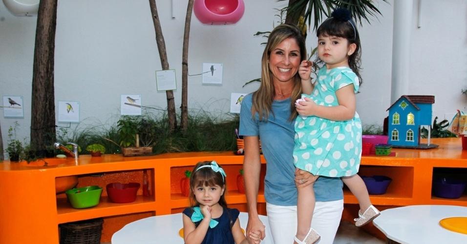 15.mai.2014 - A jornalista Patrícia Maldonado leva as filhas Nina e Maitê no aniversário de quatro anos de Victória, filha da apresentadora Mariana Kupfer, em uma casa de festas em São Paulo