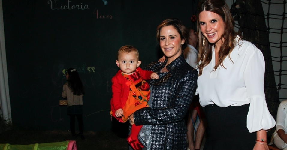 15.mai.2014 - Com a filha Minna no colo, a atriz Guilhermina Guinle posa ao lado de Mariana Kupfer no aniversário de quatro anos de Victória, filha da apresentadora, em uma casa de festas em São Paulo