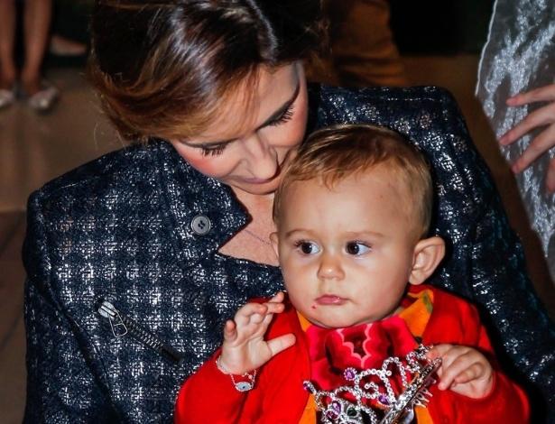 15.mai.2014 - Guilhermina Guinle brinca com a filha Minna no aniversário de quatro anos de Victória, filha da apresentadora Mariana Kupfer, em uma casa de festas em São Paulo