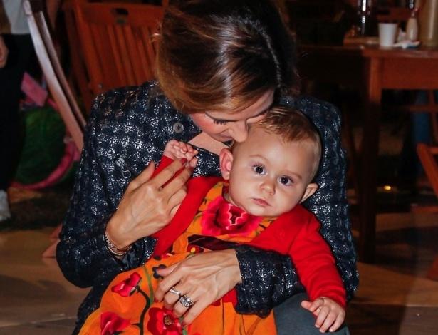 15.mai.2014 - Guilhermina Guinle paparica a filha Minna no aniversário de quatro anos de Victória, filha da apresentadora Mariana Kupfer, em uma casa de festas em São Paulo