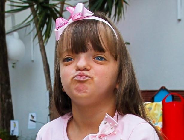15.mai.2014 - Rafaella Justus, filha de Ticiane Pinheiro e Roberto Justus, joga beijo ao posar para foto no aniversário de quatro anos de Victória, filha da apresentadora Mariana Kupfer, em uma casa de festas em São Paulo